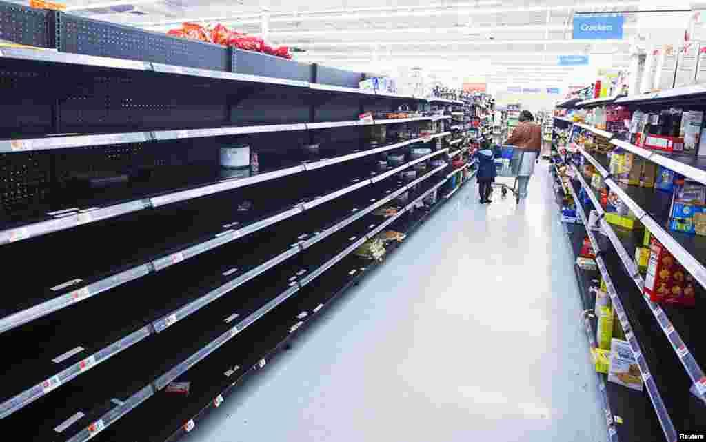 Các kệ chứa hàng của cửa hàng bách hóa Wal-Mart ở Riverhead, New York, không còn bao nhiêu hàng sau khi khách đến mua để tích trữ khi bão tới. 28/10/2012.