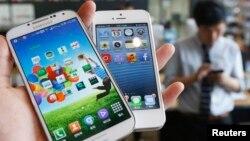 Ponsel pintar produksi Samsung dan Apple.
