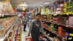 德黑兰北部某超市内的购物者。(资料照)