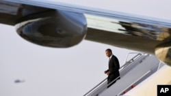 Presiden AS Barack Obama turun dari pesawat Air Force One di Pangkalan Udara Andrews di Maryland (25/4). (AP/Susan Walsh)