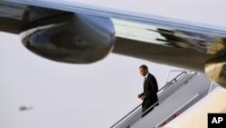 Presiden AS Barack Obama turun dari pesawat Air Force One di Pangkalan Udara Andrews di Maryland (25/4). (AP/Susan Walsh)
