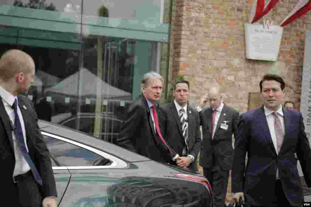فیلیپ هاموند وزیر خارجه بریتانیا در حال ورود به هتل کوبورگ محل برگزاری مذاکرات اتمی ایران و گروه ۱+۵ در وین