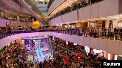 香港人在東京奧運舉行期間在商場內觀看香港游泳選手何詩蓓參加女子100米自由泳決賽並為她吶喊打氣 (路透社照片)