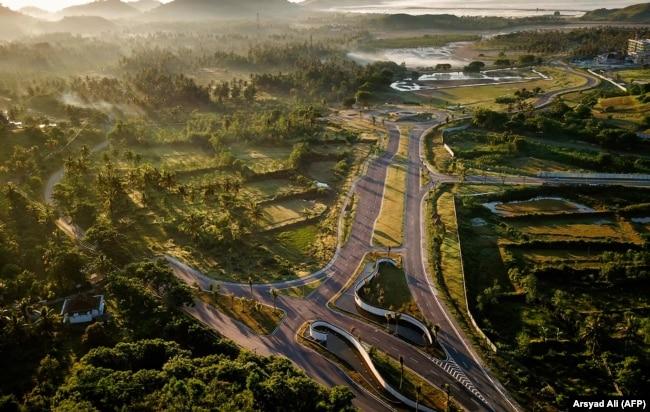 Proyek pembangunan pesisir Mandalika, yang akan menjadi lokasi lomba motor MotoGP di sirkuit jalan raya yang dibuat khusus di Mandalika, Lombok selatan, 23 Februari 2019. (Foto: AFP/Arsyad Ali)