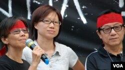 兩位絕食人士何芝君(左)與黃瑞紅(中)絕食約48小時後,身體不適,結束絕食