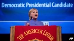 Kandida a la prezidans Pati Demokrat la, Hillary Clinton, ki tap pale nan okazyon 98èm Konvansyon Anyèl Lejyon Amerikèn nan nan Convention Center Enèji Duke la nan vil Cincinnati, Ohio, mèkredi 31 out 2016 la.