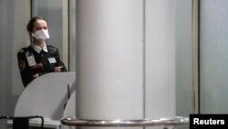 俄罗斯谢列梅捷沃国际机场的工作人员戴着防护口罩。(2020年2月4日)