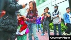 一對母女被誤認為水貨客遭圍罵女童受驚(蘋果日報圖片)