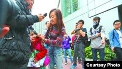 母女被误认为水货客遭围骂女童受惊 (苹果日报图片)