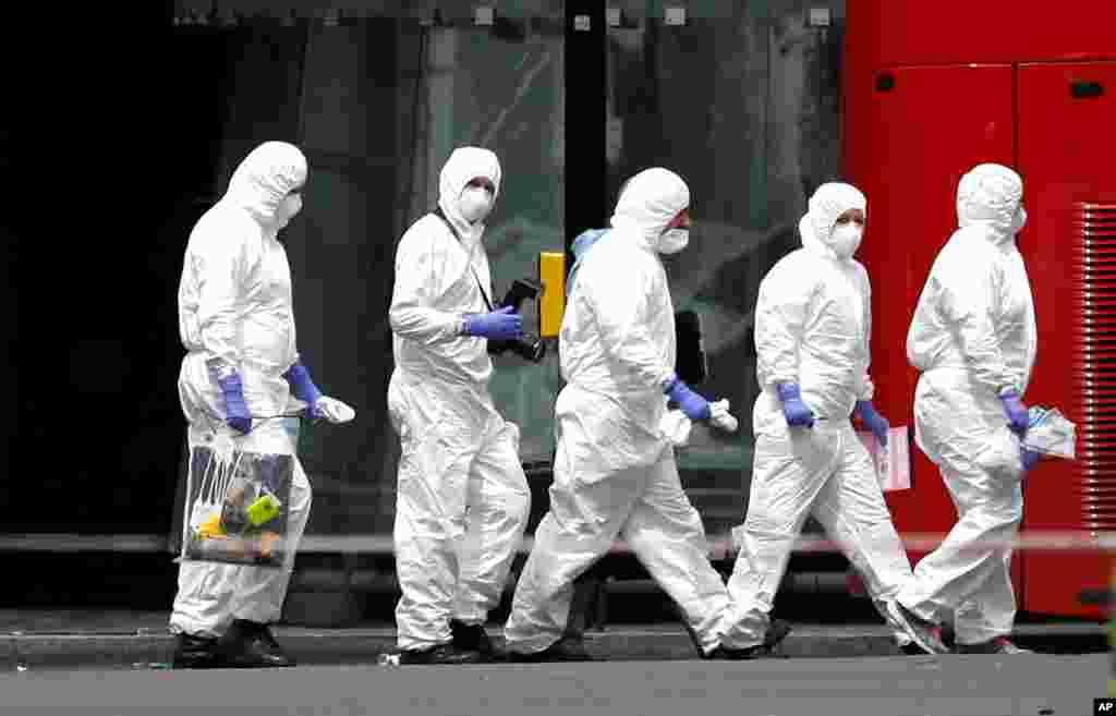 Investigadores da polícia junto ao Borough Market no dia seguinte ao ataque.