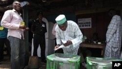 选民周六在尼日利亚一个投票站投票