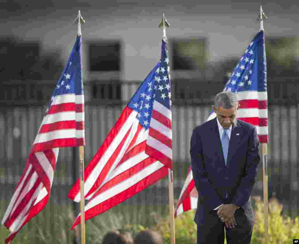 """Барак Обама на церемонії у Пентагоні. """"Вони прагнули більшого, ніж зруйнувати будівлі, чи вбити наших людей. Вони прагнули зламати наш дух і довести світу, що їх готовність нищити більша за нашу силу творити, та зносити тягощі. Але ви та Америка, довели що вони не праві. Америка міцна силою ваших родин, які продовжували жити і зберегли любов, яку не знищить жоден акт терору"""", - з промови президента США до родичів жертв."""