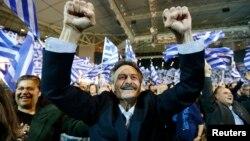 안토니스 사마라스 총리의 보수 연정을 지지하는 그리스 유권자들이 23일 선거 유세에서 두 손을 들어 환호하고 있다.