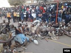 Lihlezi phansi ibutho leNkosi uBulelani Lobhengula Khumalo ngesikhathi kulembizo yenkosi eJohannesburg ngoMgqibelo.