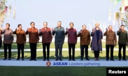 Para pemimpin negara-negara Asia Tenggara berfoto bersama dalam cara ASEAN Leaders Gathering di sela Pertemuan Tahunan Dana Moneter Internasional dan Bank Dunia 2018 di Nusa Dua, Bali, 11 Oktober 2018.