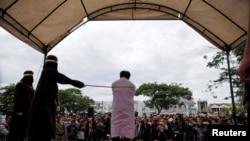 Seorang pria dicambuk di depan umum karena melakukan hubungan seks sesama jenis di Banda Aceh, Aceh, 23 Mei 2017.