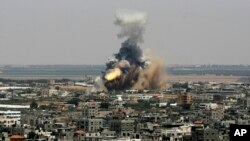 Khói lửa bốc lên từ vụ không kích của Israel ở Rafah, ngày 8/7/2014. Tổng thống Israel Shimon Peres nói nước ông không có lựa chọn nào khác ngoài việc đáp trả lại các vụ phóng rocket của Hamas vào miền nam Israel.