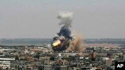 Lafimen ak dife k ap monte nan syèl la apre yon misil Izrayelyen tonbe nan vil Rafah, Gaza, (8 jiyè 2014.)