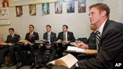 Урок русского языка в Мормонском центре подготовки миссионеров в Прово, штат Юта.