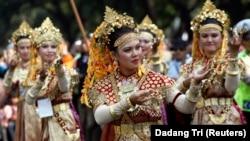 Para perempuan berpakaian adat dalam karnaval budaya peringatan HUT ke-64 RI ke 64 di Jakarta, 18 Agustus 2009. (Foto: REUTERS/Dadang Tri)