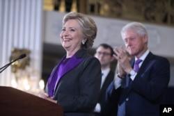 美国民主党总统竞选人希拉里·克林顿(前左)