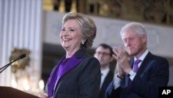 هیلاری کلینتون با همراهی خانواده اش سخنرانی نمادین پذیرش شکست در انتخابات را ایراد کرد.