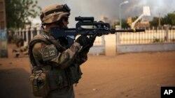 Seorang tentara Perancis baku tembak dengan militan Islamis di kota Gao (21/2).