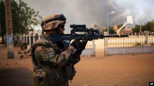Một binh sĩ Pháp chiến đấu với các phần tử Hồi giáo cực đoan ở Gao, Mali, 21/2/2013