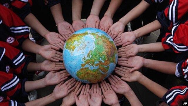 Học sinh Trung Quốc chụp hình với quả cầu đánh dấu Ngày Trái đất trong một trường trung học trong tỉnh Giang Tây