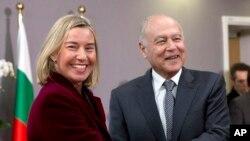 فدریکا موگرینی مسئول سیاست خارجی اتحادیه اروپا (چپ) و احمد ابوالغیط دبیرکل اتحادیه عرب در بروکسل - ۷ اسفند ۱۳۹۶