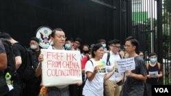 G-20峰會前夕,反《逃犯條例》修法的人士6月26日上午到美國駐港澳總領館前請願 (美國之音申華拍攝)