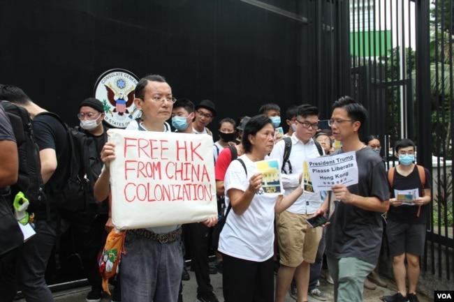 G-20峰會前夕,反《逃犯條例》修法的人士6月26日上午到美國駐港澳總領館前請願(美國之音申華拍攝)