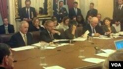 El senador Bob Corker (primero de la izquierda) participa en el debate sobre Venezuela. [Foto: Mitzi Macías, VOA].