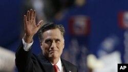 ທ່ານ Mitt Romney ໂບກມືໃຫ້ ຄະນະຜູ້ຕາງໜ້າລັດຕ່າງໆ ກ່ອນກ່າວຄຳປາໄສ ຕໍ່ກອງປະຊຸມຫຼວງ ຂອງພັກຣີພັບບລີກັນ (30 ສິງຫາ 2012)