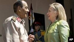 Хусейн Тантави приветствует госсекретаря США Хиллари Клинтон в Министерстве обороны Египта. Каир. 15 июля 2012 г.
