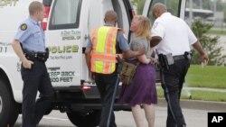Una mujer es arrestado al negarse a salir del área donde intentaban cerrar una autopista en Berkeley, Missouri.