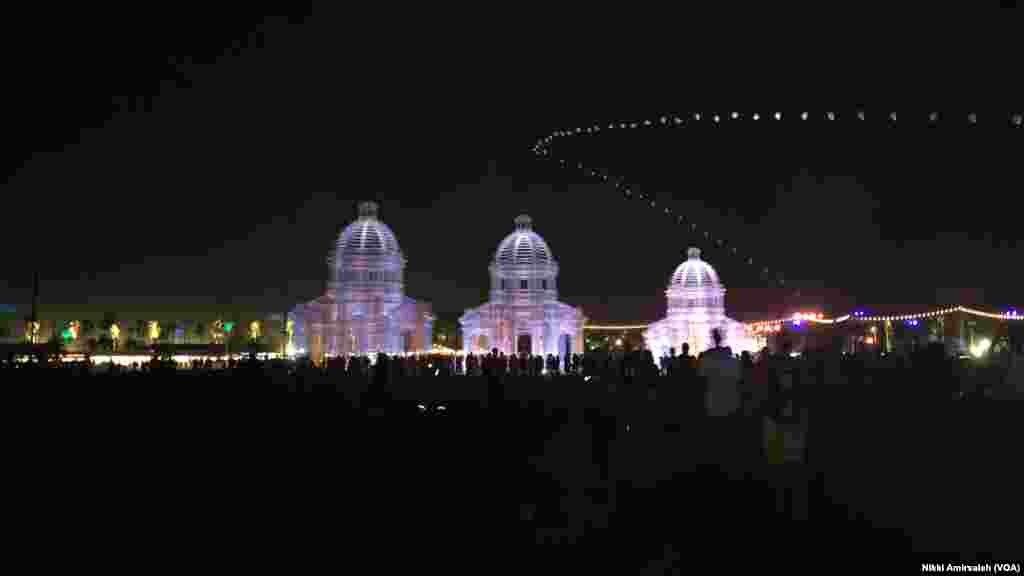چیدمان هنری «اثریا» از ۱۱ هزار متر مربع تور سیمی ساخته شده در جشنوارهٔ موسیقی و هنر «کوچلا ولی»سال ۲۰۱۸ در کالیفرنیا