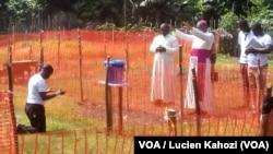 Un prêtre, le Père Lucien d'Itipo, atteint du virus Ebola reçoit à distance les prières de son archevêque Ambongo de Mbandaka-Bikoro, Equateur, 24 mai 2018. (VOA/Lucien Kahozi)