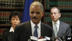 دادوهری گشـتی ئهمهریکا ئێرێـک هۆڵـدهر له کۆنگریهکی ڕۆژنامهوانیدا له شـاری بروکلینی سـتانی نیویۆرک ههواڵی دهسـتگیرکردنهکان ڕادهگهیهنێت، پـێـنجشهممه 20 ی یهکی 2011