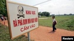 Bảng cảnh báo tại một địa điểm rà phá bom mìn trong tỉnh Quảng Trị. Hoa Kỳ đã tài trợ cho Việt Nam 61 triệu đôla cho nỗ lực khai quang bom mìn