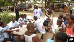 La Croix Rouge s'occupe des blessés d'une explosion à Brazzaville, 6 mars 2012. .(AP Photo/Louis Okamba)