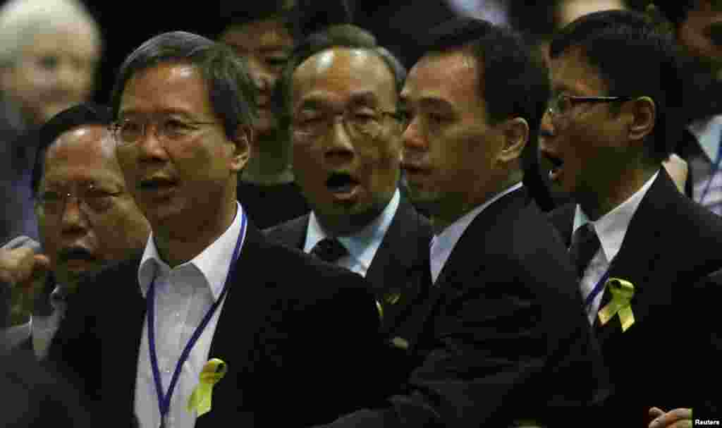 A security guard tries to escort pro-democracy lawmakers (L-R) Albert Ho, Kwok Ka-ki, Alan Leung and Kenneth Chan to leave as they protest against Li Fei during a briefing session in Hong Kong, Sept. 1, 2014.