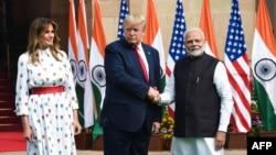 El primer ministro indio, Narandra Modi, (derecha) saluda al presidente de EE.UU., Donald Trump, y la primera dama Melania Trump en Nueva Delhi el martes, 25 de febrero de 2020.