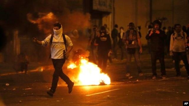 Un manifestante se enfrenta la víspera a la Guardia Nacional durante protestas en Caracas.