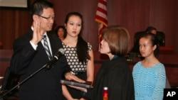 Andrew Do dilantik menjadi pemimpin Distrik pertama Orange County, California, oleh istrinya Hakim Cheri Pham (3/2).