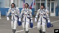 Слева направо: американец КрисКэссидии россияне - Анатолий Иванишин и Иван Вагнер перед космическим стартом. Байконур, 9 апреля 2020г.