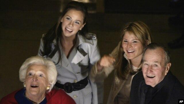 George H.W. Bush akiwa na mkewe Barbara na wajukuu zao, Barbara(Kushoto) na Jenna