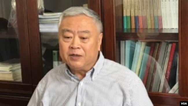 中國華東師範大學教授沈志華接受美國之音採訪談中朝關係史。 (美國之音艾倫拍攝)