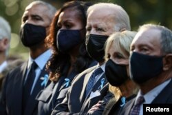 Mantan presiden Barack Obama, mantan ibu negara Michelle Obama, Presiden Joe Bien, Ibu Negara Jill Biden dan mantan wali kota New York Michael Bloomberg menghadiri peringatan 20 Tahun serangan teror 11 September, Sabtu, 11 September 2021. (Foto: Reuters)