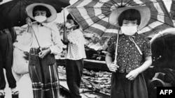 지난 1945년 8월 미군의 원자폭탄 공격을 당한 일본 히로시마에서 어린이들이 마스크를 쓴 채 폐허가 된 거리에 나와 있다.